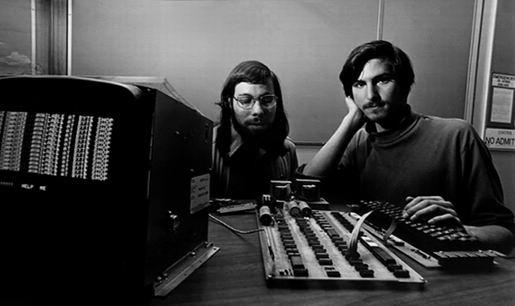 اپل I نخسین کامپیوتر شخصی بود که این دو ساختند، وزنیاک قیمت این کامپیوتر را ۶۶۶٫۶۶ دلار تعیین کرد