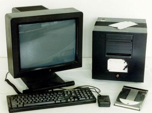 در سال ۱۹۸۸، شرکت نکست کامپیوتر NeXTcube را به بازار فرستاد، یک کامپیوتر مکعبی شکل که هر ضلعش ۳۰ سانتیمتر اندازه داشت و ۶۵۰۰ دلار قیمت داشت.